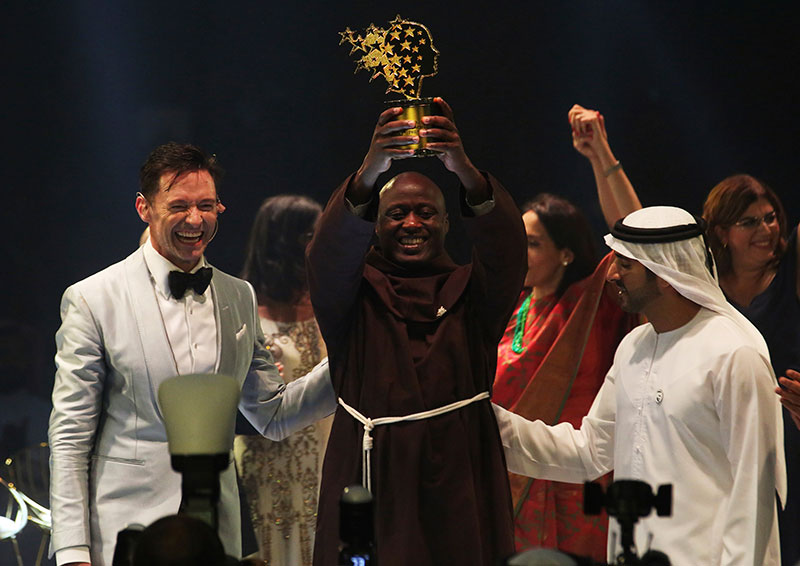 Peter Tabichi accepting the Global Teacher Prize from Hugh Jackman